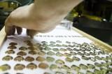 Jak powstają złote serduszka WOŚP? Zajrzeliśmy za zakładu, w którym je produkują [WIDEO]