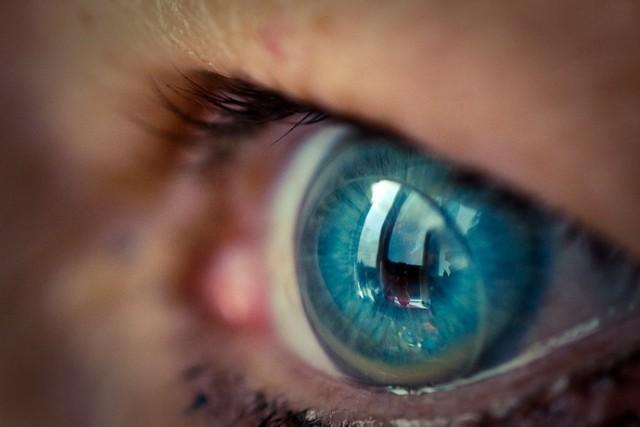 Soczewki kontaktowe występują w odmianach o różnej średnicy. Te najmniejsze są korzystne dla oka, ponieważ nie powodują względnego niedotlenienia rogówki.