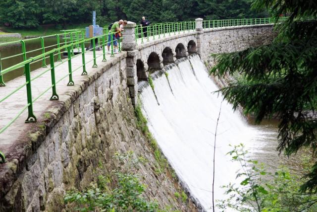 Łomnica jest jedną z najbardziej dzikich i niebezpiecznych rzek Karkonoszy. W górnym odcinku średni spadek jej wód wynosi 72 promile, podczas gdy w dolnym odcinku jest on siedmiokrotnie niższy. Już w średniowieczu koryto i dolinę rzeki przemierzali Walończycy w poszukiwaniu złota i kamieni szlachetnych.  Korona zapory ma długość 105 m. Utworzyła ona niewielkie jeziorko zaporowe, a nadmiar wód spada w dół malowniczymi kaskadami.