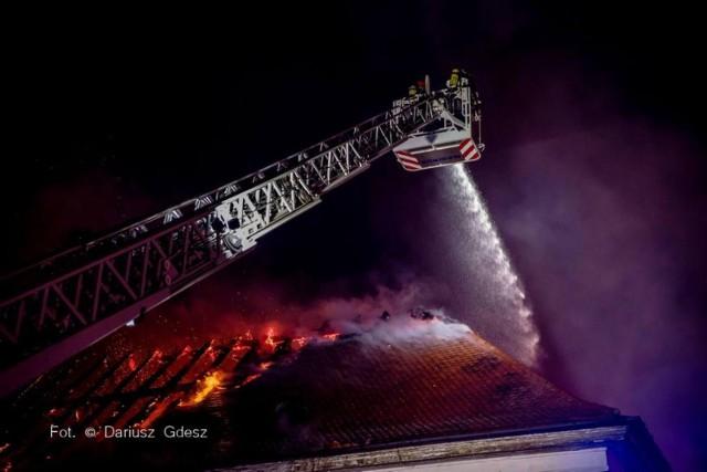 Nad ranem zakończyło się gaszenie pożaru dachu w Pałacu Hochbergów w Świdnicy. Ogień pojawił się w nocy i objął prawie cały strych i dach zabytkowej kamienicy w rynku. Służby ewakuowały 30 mieszkańców płonącej i sąsiednich kamienic. Niestety jedna z osób została poparzona i trafiła do szpitala.