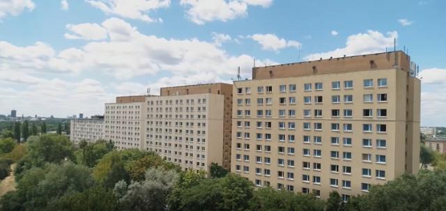 Dom Studencki Jurand znajduje się on przy ulicy Piątkowskiej, na terenie kampusu, w skład którego wchodzą trzy domy studenckiego i budynek dydaktyczny