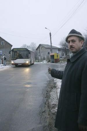 Autobus zajmuje ponad połowę jezdni. Gdy jedzie tir, trudno mu się minąć z autem osobowym – podkreśla Krzysztof Wiltos, który mieszka przy ulicy Przelotowej.
