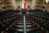 Ani grosza więcej tym leniom... czyli właściwie ile powinni zarabiać polscy politycy? [ANALIZA]