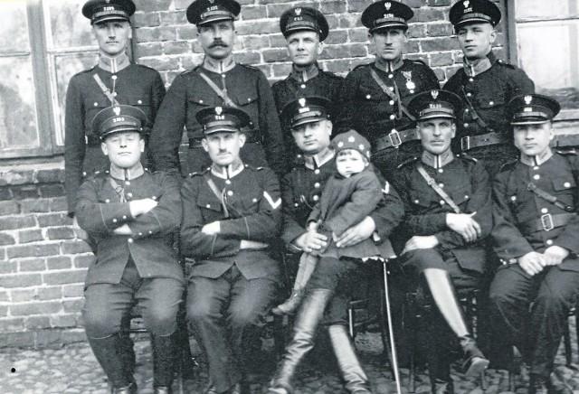 Zdjęcie bełchatowskich policjantów z 1939 roku. Przynajmniej niektórzy z nich musieli brać udział w obławie na Gustawa Naszke