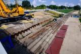 Odbudowa Mostu Łazienkowskiego. Na budowę dotarły pierwsze elementy