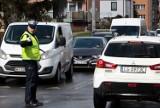"""Kalinkowa w Grudziądzu """"zakorkowana"""". Na skrzyżowaniu z Bydgoską stanęli policjanci i znacznie udrożnili ruch [zdjęcia]"""