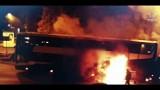 Autokar z 31 pasażerami stanął w płomieniach w centrum miasta [WIDEO]