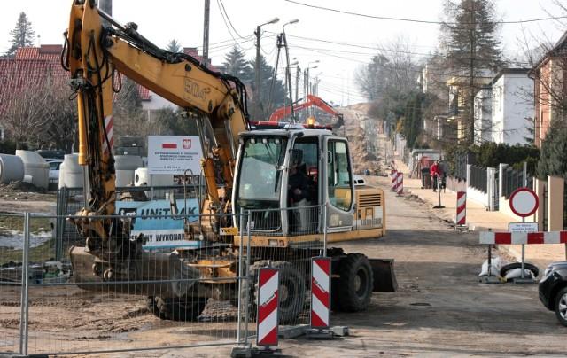 Z dużym poślizgiem drogowcy kontynuują roboty drogowe przy modernizacji jezdni i chodników ulicy Jackowskiego w Grudziądzu