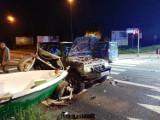 Nowy Sącz. Cztery samochody zderzyły się na skrzyżowaniu ul. Barskiej z Witosa. Jeden z nich przewoził łódź [ZDJĘCIA]