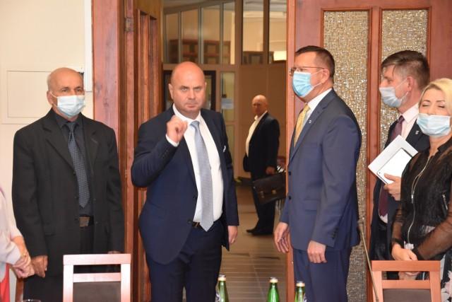 Czy Robert Luchowski, pod rządami Dariusza Kaźmierczaka (przewodniczącego Rady Miejskiej w Żninie) będzie miał najniższe możliwe wynagrodzenie burmistrza w Polsce? To ma się okazać dziś na sesji RM.