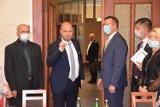 """Żnin. Radni chcą ściąć wynagrodzenie burmistrza do kwoty 3700 złotych netto. """"A diety podnoszą"""" - mówi Paweł Sikora"""