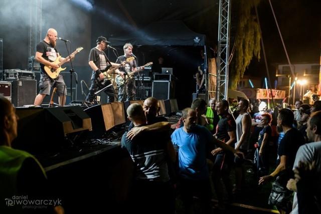 Kultowy zespół KSU wystąpił w niedzielę w Busku-Zdroju na zakończenie Festiwalu Dobrego Smaku, która trwała od piątku. Organizator imprezy Karolina Kępczyk, szefowa Buskiego Samorządowego Centrum Kultury mówiła po zakończeniu koncertu: - Kapela zagrała świetne 100 minut, Eugeniusz Siczka Olejarczyk w formie. Publiczność poszła nawet w pogo.  Przypomnijmy, że KSU powstał w 1977 roku w Ustrzykach Dolnych. Tan punk-rockowy zespół podczas swojej ponad 40-letniej działalności oficjalnie wydał 11 płyt.  Zobaczcie na kolejnych slajdach super koncert KSU w Busku-Zdroju