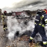 Pożar w Gdyni 18.11.2020. Gęste kłęby dymu w okolicach elektrociepłowni na Pogórzu. Zapaliło się składowisko opon