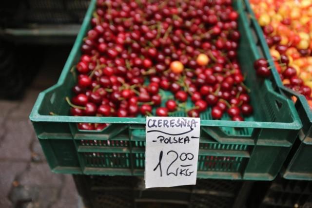 Ceny na targowiskach wyraźnie spadły. Ile zapłacimy za zakupy w dużej mierze zależy od tego, jak dorodne warzywa i owoce wybierzemy