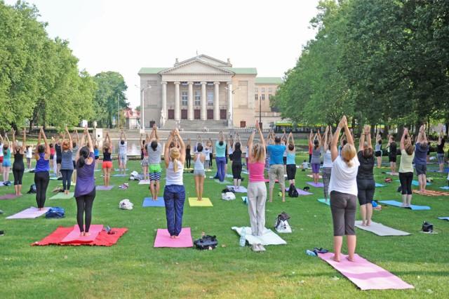 Podobnie jak fitness, równie dobrze na świeżym powietrzu uprawia się jogę. Ta aktywność nawet ćwiczona w pomieszczeniu daje rewelacyjne efekty odprężające. A co dopiero, kiedy ćwiczymy w otoczeniu zieleni!