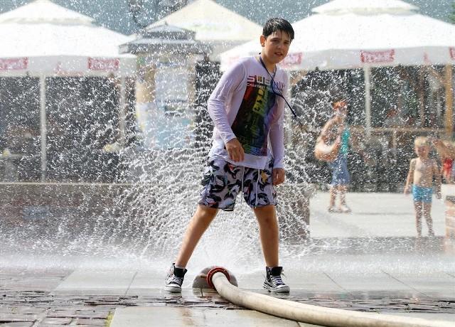 Kurtyny wodne w Piotrkowie cieszą szczególnie najmłodszych