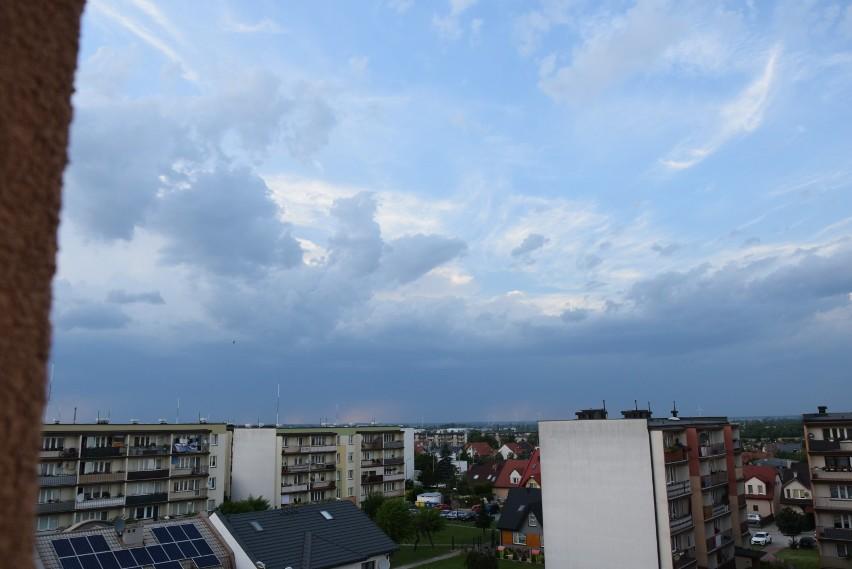 Powiat wieluński z ostrzeżeniem przed bardzo silnym wiatrem i burzami z gradem. Mieszkańcy dostali sms-y z alertem