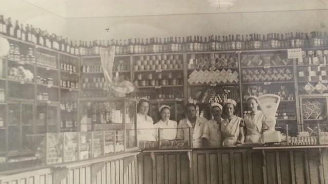Pierwsze zdjęcie w galerii pochodzi ze zbiorów pani Elżbiety Dzierzgwy, której mama pracowała w tym właśnie sklepie w Nowej Soli. Był to sklep wzorcowy, na rogu ulic Wojska Polskiego i Piłsudskiego, później był tam Merkury. Zdjęcie może pochodzić z 1953 roku. Zobacz w galerii więcej polskich sklepów ze słodyczami z ubiegłego wieku >>>>