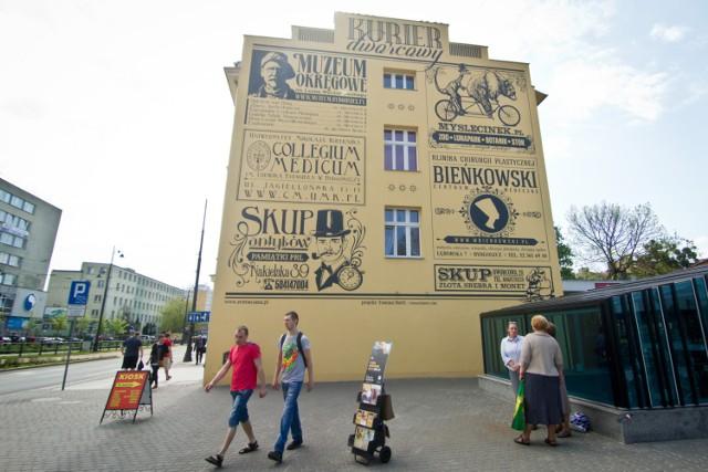 Gazetowy retro mural. Znaleziono pomysł, jak zastąpić szpecące miasta bilboardy reklamowe
