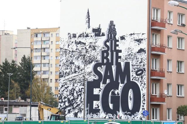 """Nowy mural na Woli podzielił mieszkańców. """"Jest dołujący"""", """"daje do myślenia"""". A co oznacza? [ZDJĘCIA]"""