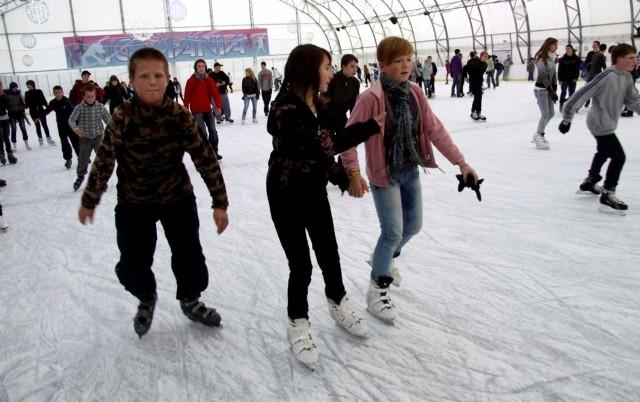 Lodowisko Figlowisko - przy Al. Komisji Edukacji Narodowej   Aktywny wypoczynek połączony z dobrą zabawą  Od lat Figlowisko jest centralnym punktem sportów zimowych na Ursynowie. Często rozgrywane są tam szkolne zawody. Władze lodowiska zapewniają dobrą zabawę dla całych rodzin. Figlowisko zdobyło laur najbezpieczniejszej rodzinnej ślizgawki w Warszawie. Lodowisko o powierzchni tafli lodowej 1100 mkw. jest czynne 24/h na dobę siedem dni w tygodniu. Bilet normalny kosztuje 10, a ulgowy 7 złotych. Druga godzina jest gratis. Za wypożyczenie łyżew (bez limitu czasu) zapłacimy 5 zł.  Zobacz koniecznie: Gotye pierwszy raz wystąpi w Polsce. Dziś wieczorem zagra na Torwarze [ZDJĘCIA]