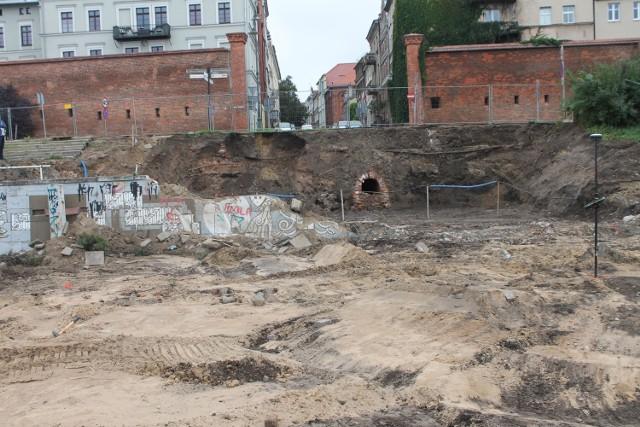 XIX-wieczny kanał burzowy w wykopie jaki powstał na Bulwarze Filadelfijskim u wylotu ul. Łaziennej, gdzie ma powstać pawilon usługowy.