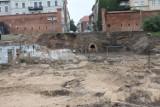 Dlaczego prace na toruńskim bulwarze są prowadzone bez nadzoru archeologa i co się stanie z odkrytymi kanałami? [zdjęcia]