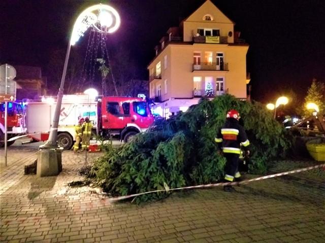 Halny powalił na Krupówkach świąteczną choinkę. Drzewo runęło na turystkę. Kobieta jest ranna.