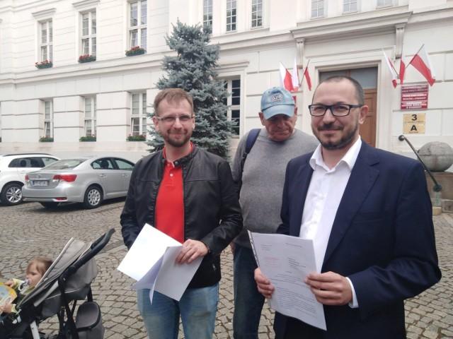 Paweł Skutecki (pierwszy z prawej) wraz z innymi członkami stowarzyszenia Art. 32 złożył wczoraj wniosek u wojewody.