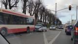 Wypadek w Gdańsku, 26.03. 2019. Na Trakcie św. Wojciecha samochód osobowy wbił się pod autobus miejski