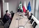 Z sesji Rady Gminy Pruszcz Gdański. Fundusz sołecki zostaje, przedsiębiorcy zwolnieni z opłat, dziki szarżują za urzędem