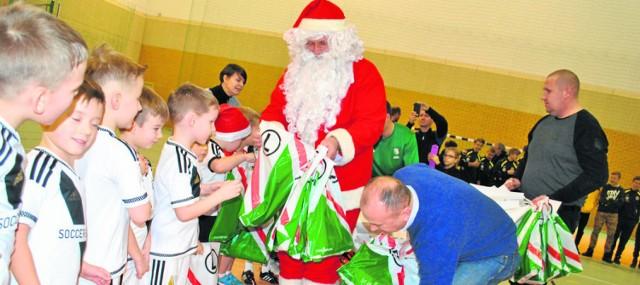 Mikołajkowe upominki dla młodych piłkarzy przygotowała Legia oraz Starostwo Brodnickie