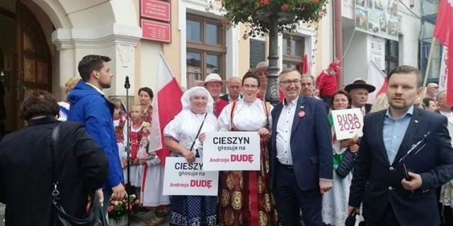 Wójt gminy Istebna Łucja Michałek (w środku) podczas przedwyborczego spotkania z Andrzejem Dudą w Skoczowie
