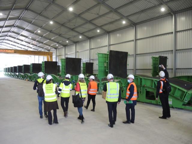 Na zdjęciach plac budowy tunelu, komora startowa rozruchu maszyny, części maszyny na placu składowym oraz zakład prefabrykacji i już gotowe pierścienie tunelu.