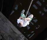 Schodził po linie z mostu w Brączewie, omal nie stracił życia