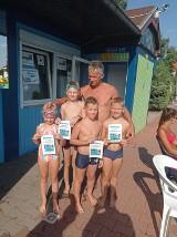 Krotoszyn: Nauka pływania na basenie odkrytym zakończona. Przydatną umiejętność w życiu przyswoiło podczas wakacji 34 kursantów