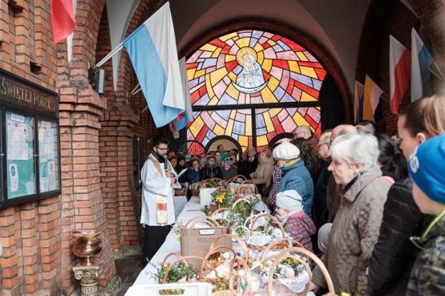 Święcenie pokarmów w Wielką Sobotę powinno odbywać się na zewnątrz świątyni