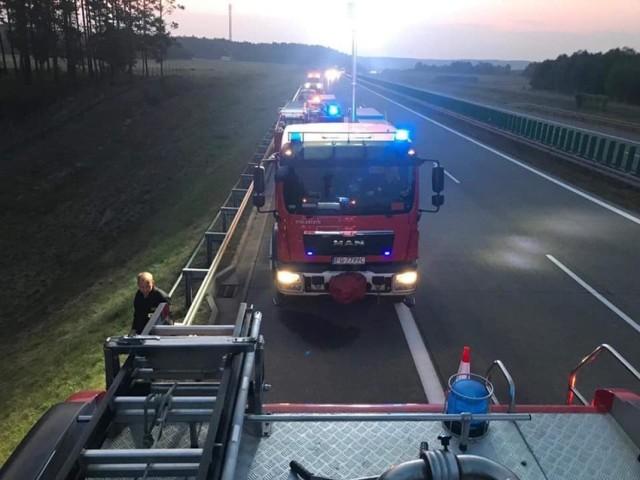 Ciężarówka jadąca autostradą A2 w kierunku Świecka wypadła z drogi, wjechała do rowu i przewróciła się kołami do góry.