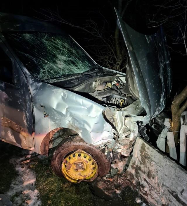 Pijany kierowca uderzył w ogrodzenie posesji w gminie Bolesławiec