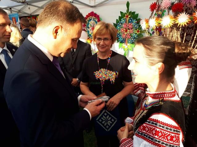Para prezydencka Andrzej Duda i Agata Kornhauser-Duda odwiedzili stoisko województwa podlaskiego podczas dożynek prezydenckich 2018 w Spale