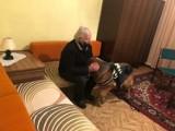 Bezdomny senior z Tarnowskich Gór, któremu pomógł policjant, ma już nowe mieszkanie. Historia zakończyła się happy endem