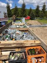 Ciekawostki. Przedsiębiorca zza miedzy postanowił, że zbuduje domek ze szklanych butelek. Oryginalna inwestycja właśnie się rozpoczęła