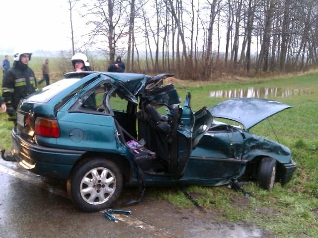 Wczoraj około godziny 17.50 na drodze krajowej K –57 między Galinami a Bisztynkiem jeleń przebiegający wraz ze stadem przez drogę uderzył w bok przejeżdżającego tamtędy opla astrę, którym kierowała 38 letnia mieszkanka Bisztynka.   Kobieta chcąc uniknąć zderzenia z pozostałą zwierzyną zjechała na lewy pas jezdni i prawym bokiem pojazdu uderzyła w jadący tamtędy 12 tonowy ciągnik do zrywania dłużyc.   15 i 14 letnie pasażerki siedzące z tyłu zostały uwięzione z pojeździe. Wydobyli je strażacy pożarni przy użyciu specjalistycznego sprzętu.   Poszkodowane zostały przewiezione kratkami pogotowia do Bartoszyckiego szpitala.   Regiele: Tragiczny wypadek koło Gołdapi. Jedna osoba zginęła, a sześć jest rannych [ZDJĘCIA]