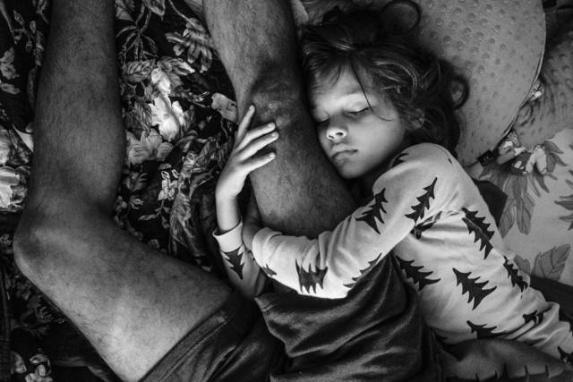 """Autor: Iwona Weiss, dla """"Foto Kuriera"""" Czas na sen – bliskość z ojcem, którego czasem brak, gdyż często podróżuje do swojej ojczyzny, Indii."""