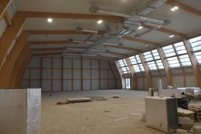Wieluń. Budowa hali przy ZS nr 1 idzie szybciej niż planowano? Trwają prace wykończeniowe