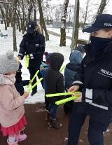 Pruszcz Gdański. Podczas ferii policjanci rozdają dzieciom odblaski. Będą bezpieczniejsze na drodze