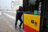 Nagrodzono mężczyznę, który pchał pod górkę miejski autobus. Białorusin otrzymał bezpłatny bilet na 90 dni