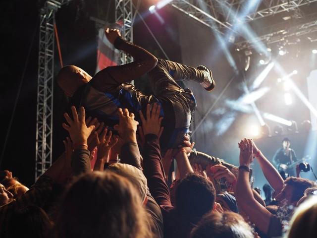 Ostróda Reggae Festival 2018  KIEDY: od 5.07.2018 (czwartek) godz. 15:00 do 8.07.2018 (niedziela) GDZIE: Ostróda  Ostróda Reggae Festival ze swoją 17-letnią historią jest czołową polską imprezą celebrującą muzykę i kulturę wywodzącą się z Jamajki. Sukces festiwalu jest dowodem na atrakcyjność i uniwersalizm treści niesionych przez reggae. Festiwal zyskał globalną markę, cenioną przez fanów i artystów w wielu miejscach świata i gromadzi międzynarodową publiczność – młodzież oraz rodziny z dziećmi.  Szczegółowy program na stronie wydarzenia: https://www.ostrodareggae.com/line-up/