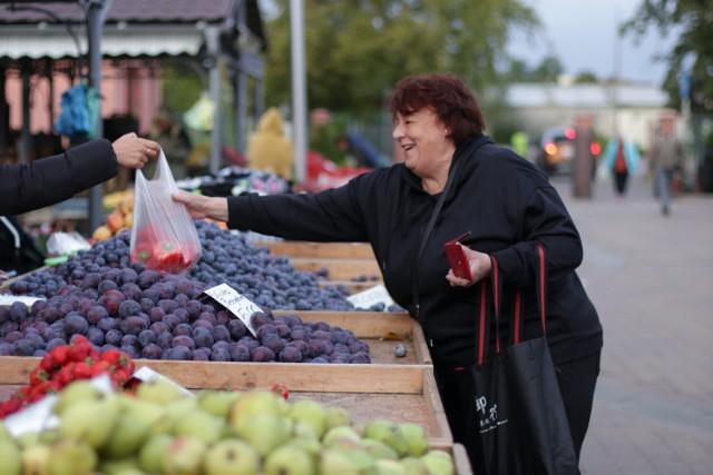 """Targowisko miejskie w Nowej Soli, piątek 24 września. Zobaczcie, co i za ile można było kupić. Warzywa i owoce pochodzą z upraw z okolicy Nowej Soli. Jeśli byliście tam na zakupach, szukajcie się na zdjęciach. Wystarczy kliknąć w przycisk """"zobacz galerię"""" i przesuwać zdjęcia w prawo - naciśnij strzałkę lub przycisk NASTĘPNE"""