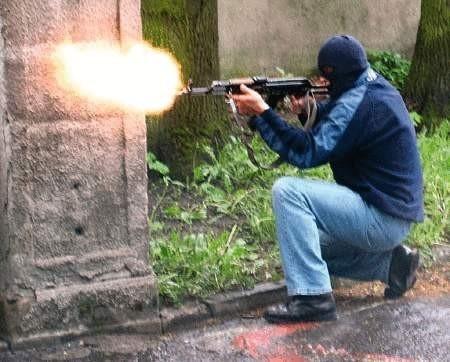 Bandyci nie przebierali w środkach. Mieli granaty i broń maszynową.   WOJCIECH TRZCIONKA